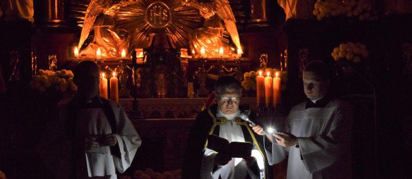 Procesja z modlitwami za zmarłych